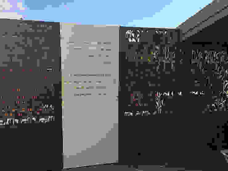 Brise vues + Portillon Balcon, Veranda & Terrasse tropicaux par homify Tropical Aluminium/Zinc