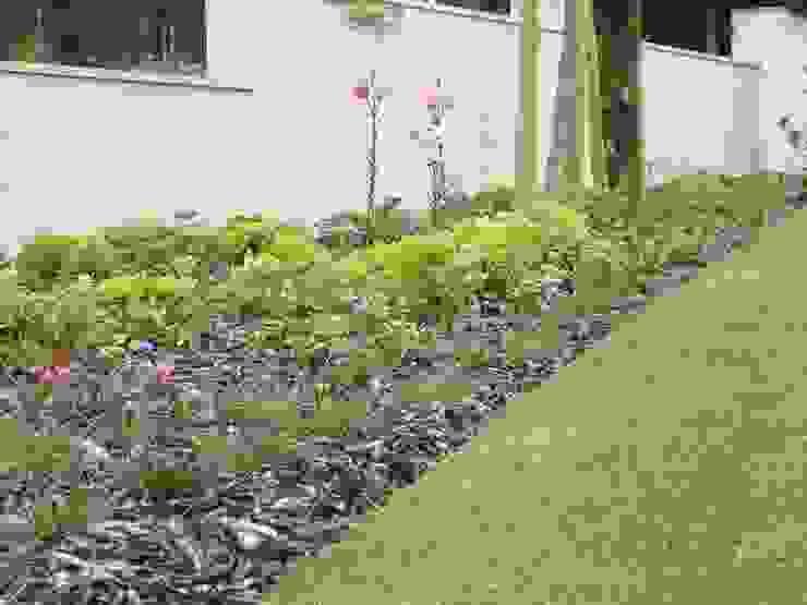 Giardino minimalista di Raquel Frias - arquitectura paisagista Minimalista