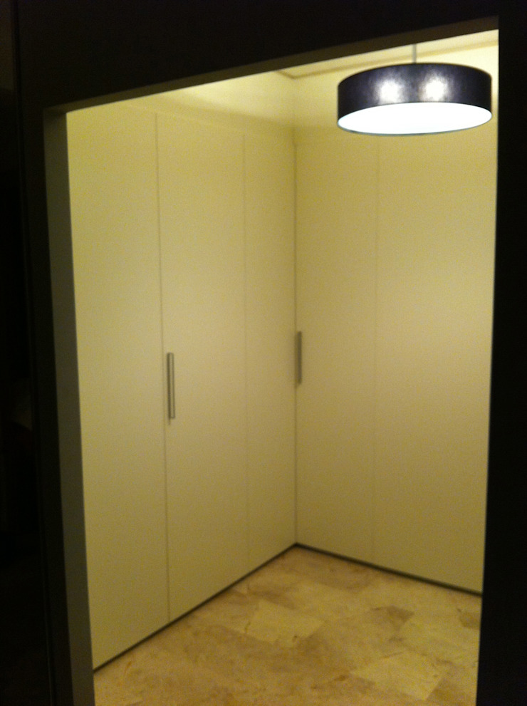 Colonial style dressing rooms by acertus Colonial