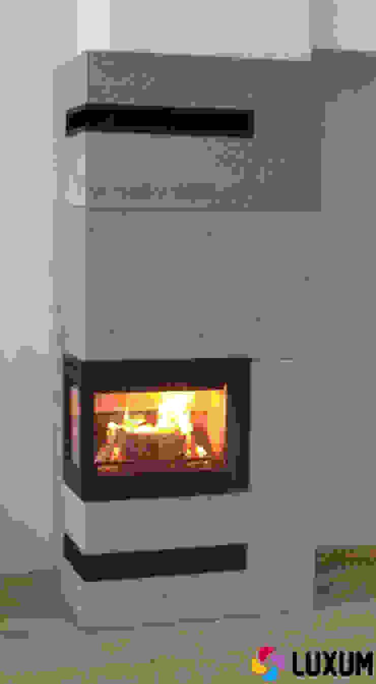 Beton architektoniczny jako okładzina kominkowa Nowoczesny salon od Luxum Nowoczesny