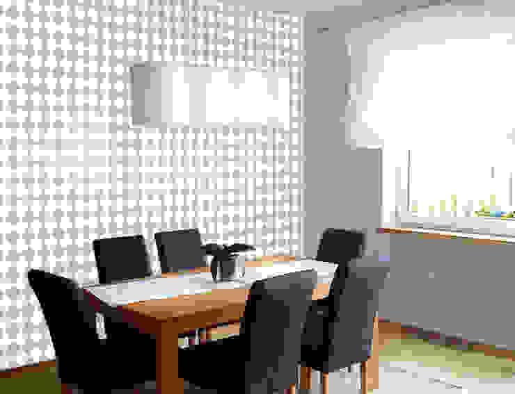 Biała tapeta w małe szare romby. Skandynawskie ściany i podłogi od Dekoori Skandynawski