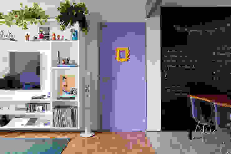 Apartamento da Cláudia e do Daniel Salas de estar ecléticas por INÁ Arquitetura Eclético