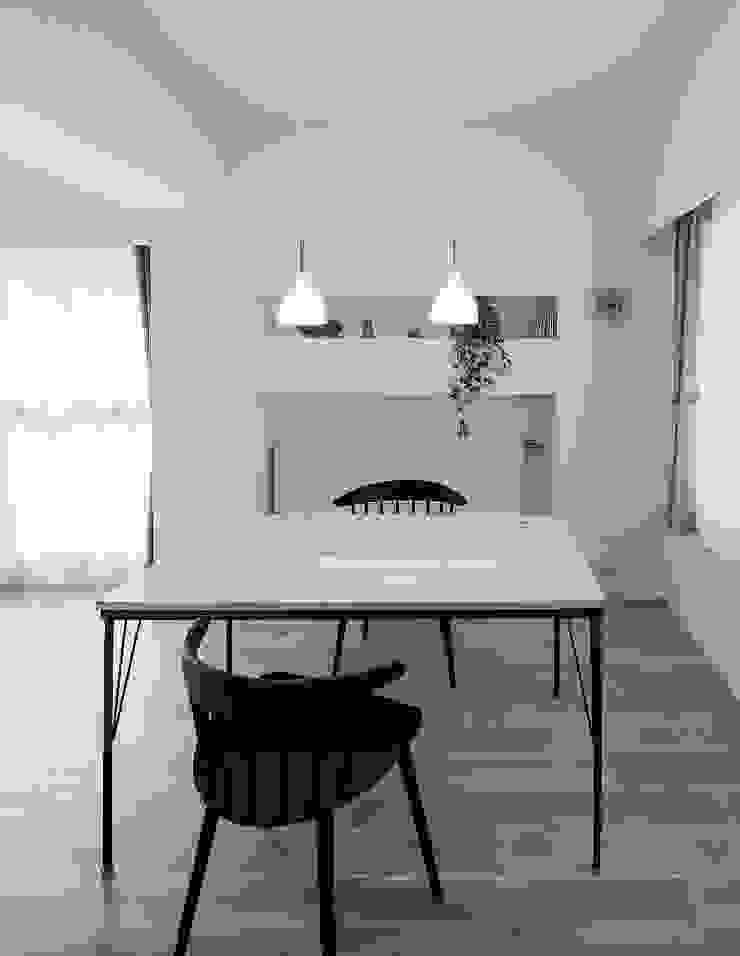 Scandinavian style dining room by 一色玲児 建築設計事務所 / ISSHIKI REIJI ARCHITECTS Scandinavian
