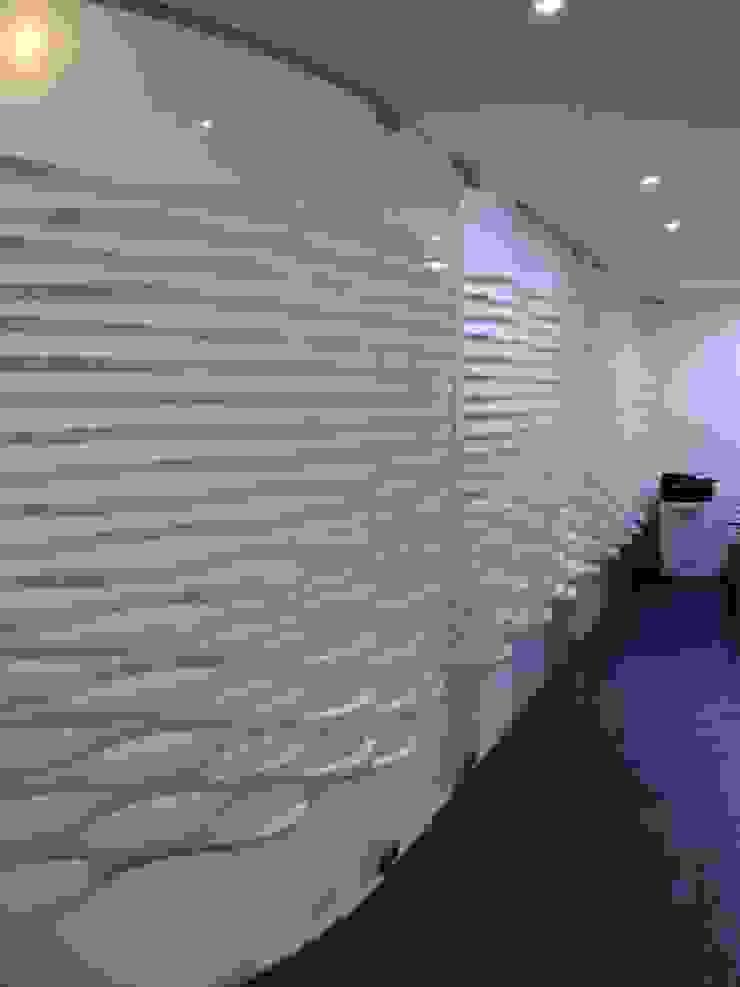 SPA- Muro acceso consultorios de Mako laboratorio Moderno Madera Acabado en madera