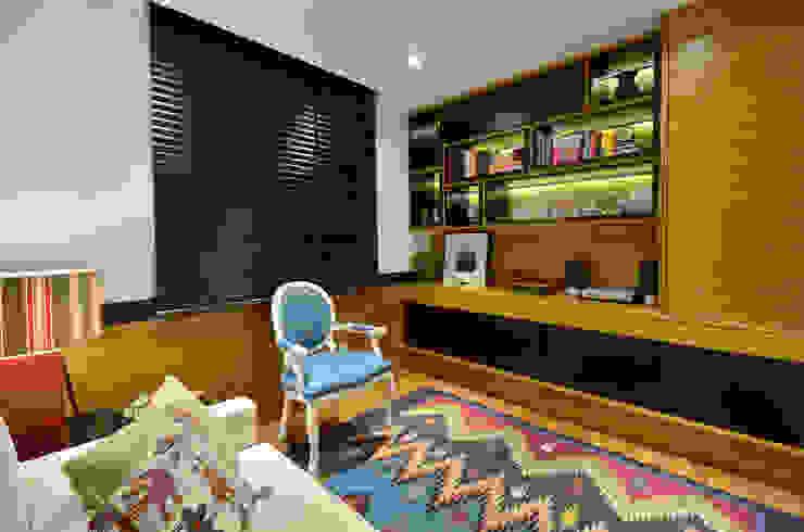 Dormitório de hóspedes Escritórios modernos por Stúdio Márcio Verza Moderno Madeira Efeito de madeira