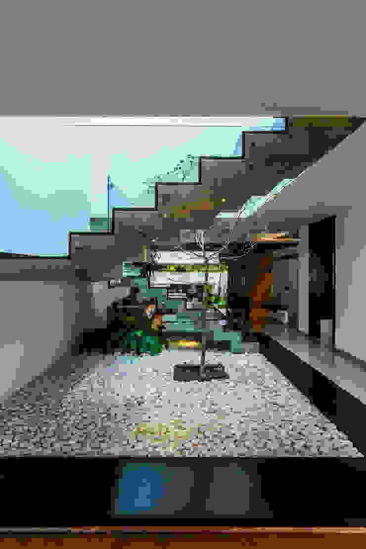 Modern corridor, hallway & stairs by aaestudio Modern