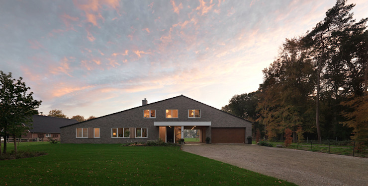 Country style houses by De Zwarte Hond Country Bricks
