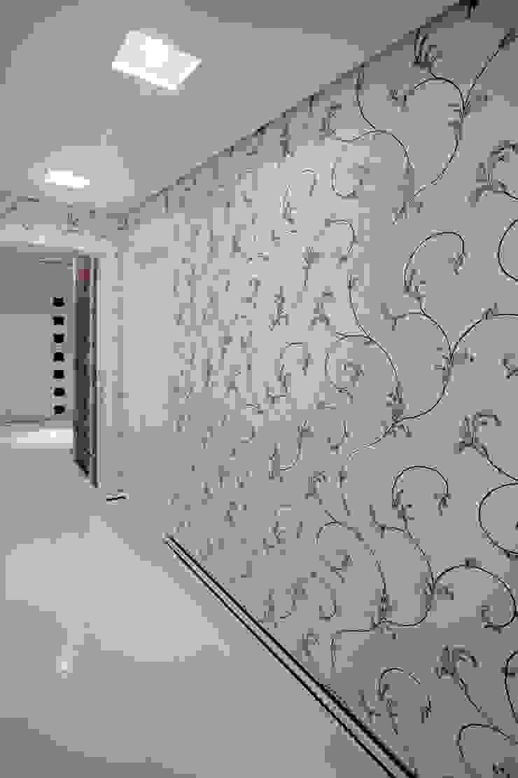 Modern corridor, hallway & stairs by Adriana Scartaris: Design e Interiores em São Paulo Modern