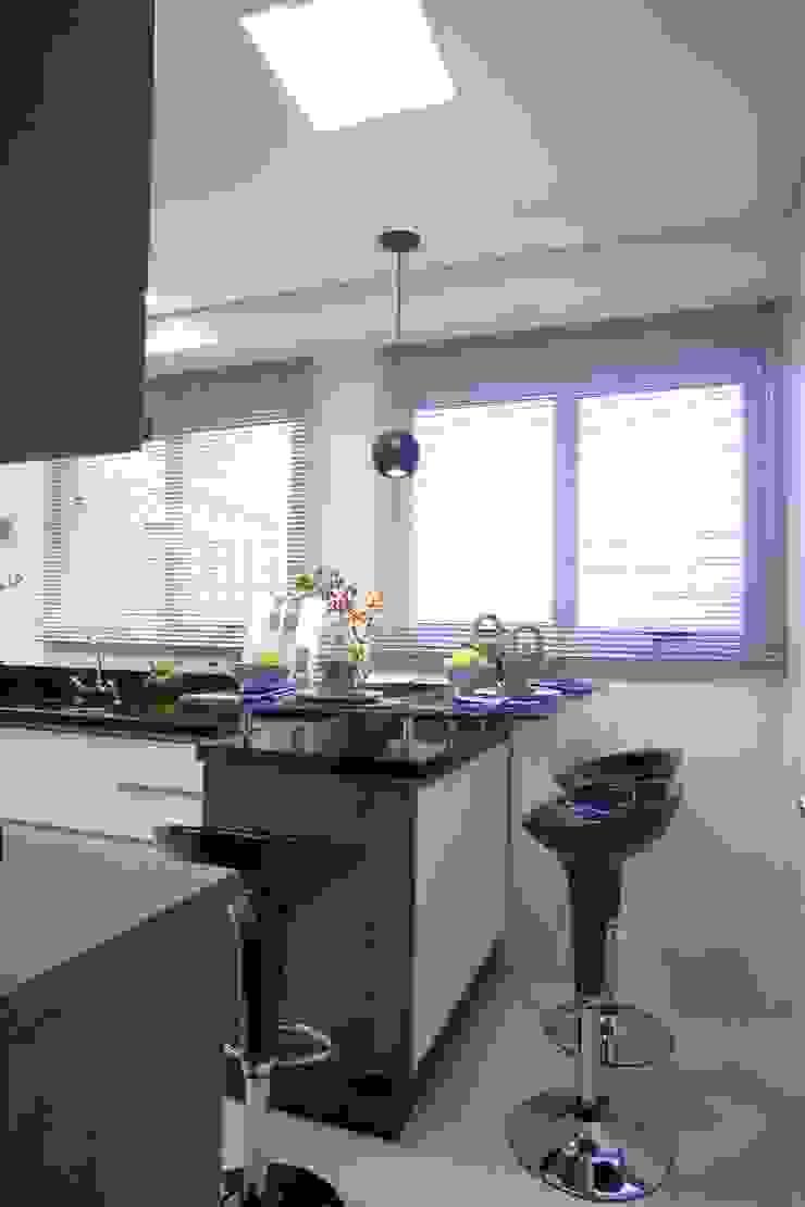 Modern style kitchen by Adriana Scartaris: Design e Interiores em São Paulo Modern