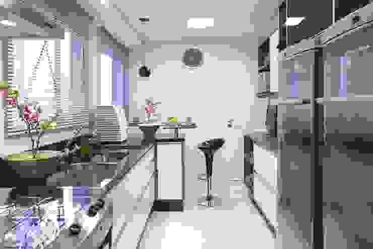 APTO. 230m² - projeto PRETO, BRANCO E PRÁTICO - COZINHA Cozinhas modernas por Adriana Scartaris: Design e Interiores em São Paulo Moderno
