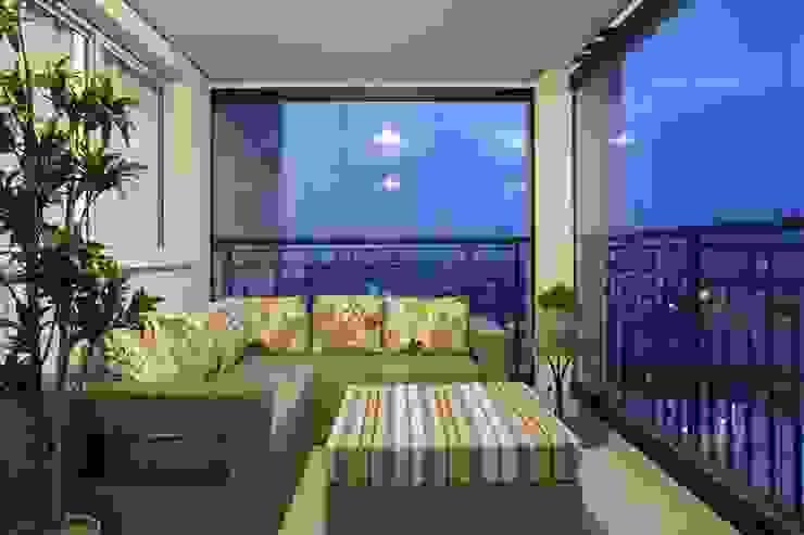 APTO. 230m² - projeto PRETO, BRANCO E PRÁTICO - TERRAÇO Varandas, alpendres e terraços modernos por Adriana Scartaris: Design e Interiores em São Paulo Moderno