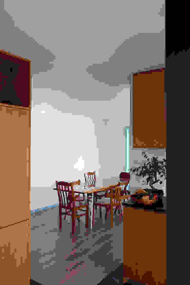 azul Corredores, halls e escadas minimalistas por crónicas do habitar Minimalista