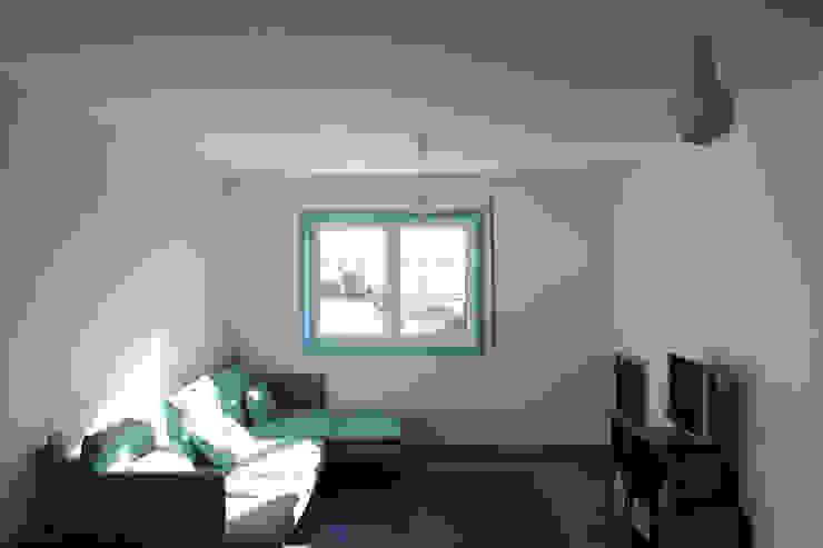 azul Salas de estar minimalistas por crónicas do habitar Minimalista