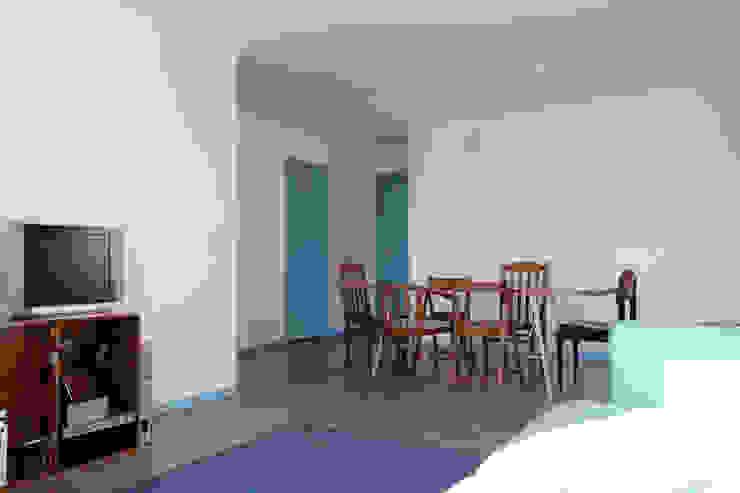 azul Salas de jantar minimalistas por crónicas do habitar Minimalista
