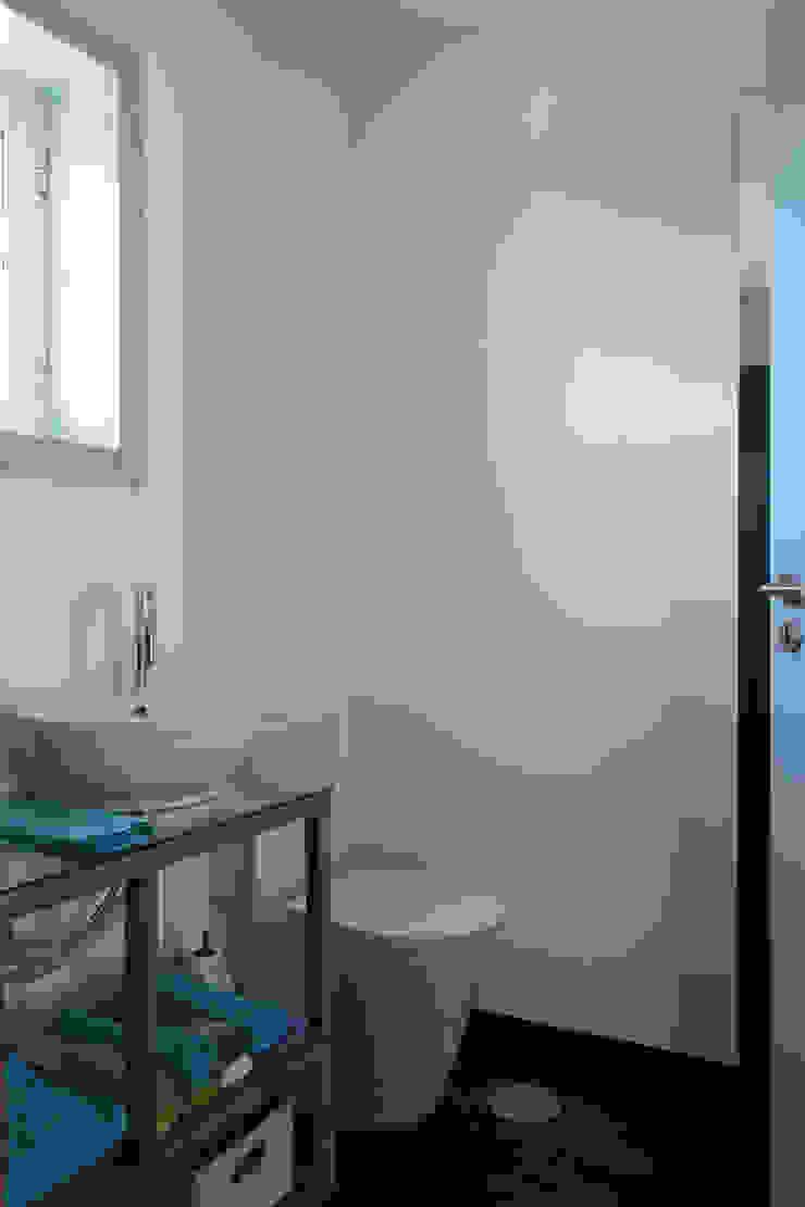 azul Casas de banho minimalistas por crónicas do habitar Minimalista