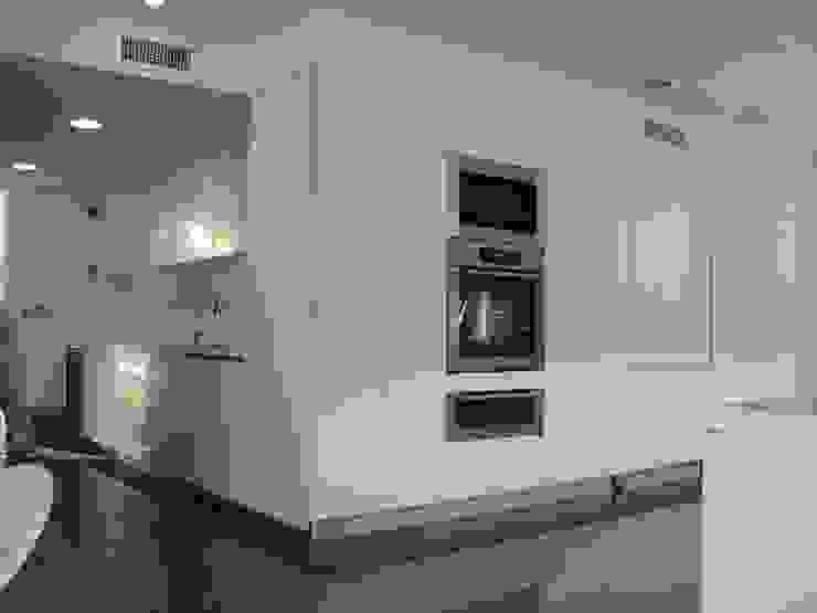 APARTAMENTO ROSALES - entrepaños baño Cocinas modernas de Mako laboratorio Moderno Madera Acabado en madera