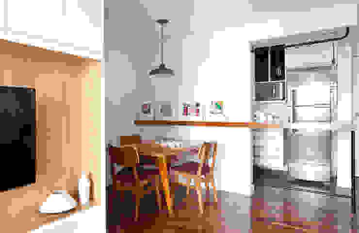 Ruang Makan Gaya Skandinavia Oleh INÁ Arquitetura Skandinavia