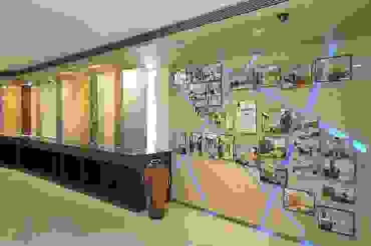 Espaces commerciaux modernes par Alaya D'decor Moderne Contreplaqué