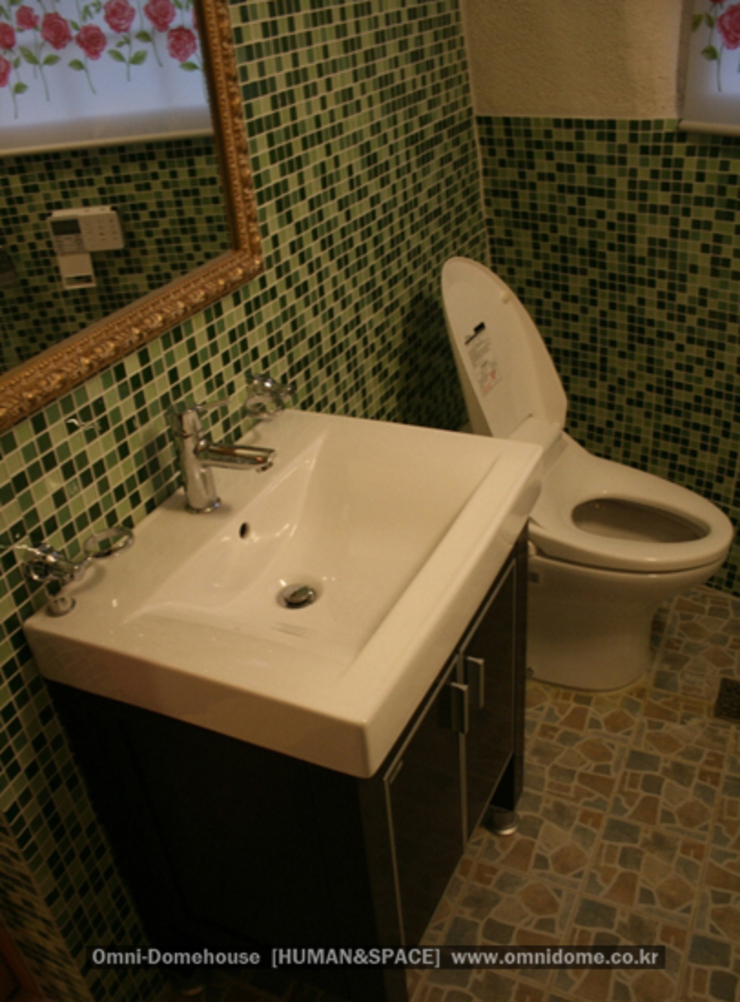 유럽형 화이트 펜션을 옮겨 놓은 듯한 감각있는 멋진 외관의 돔하우스! 지중해스타일 욕실 by 휴먼앤스페이스 지중해