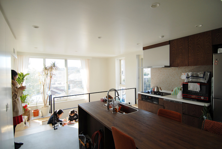 オリジナルキッチンのあるみんなの居場所 株式会社TERRAデザイン オリジナルデザインの ダイニング 木 白色
