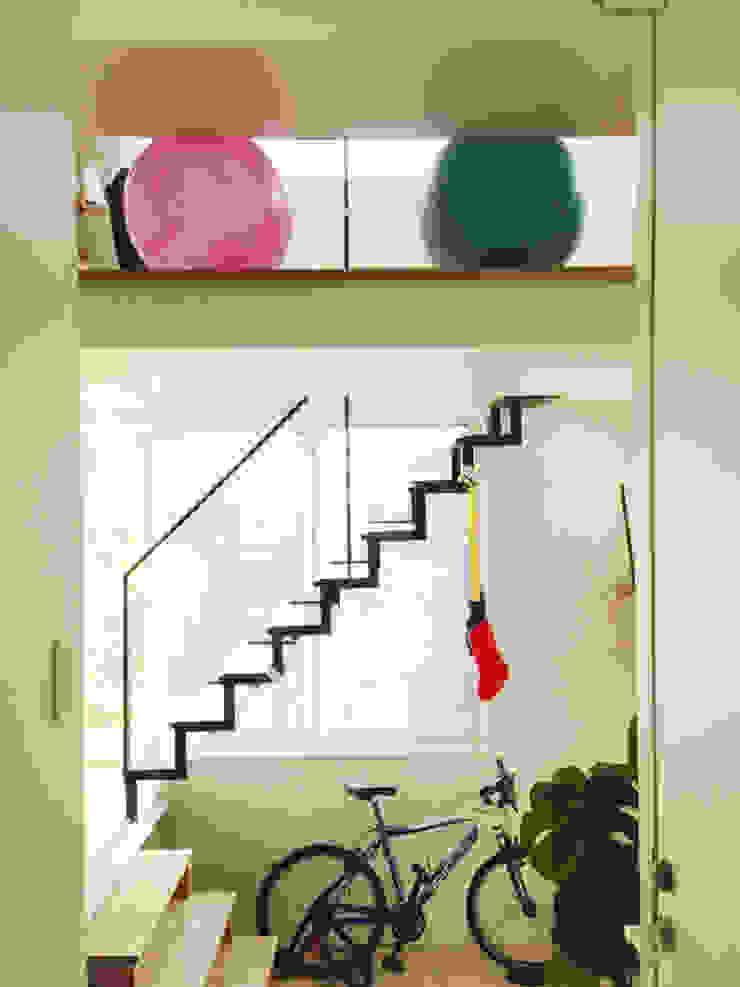 スチール階段と吹抜けのある自由なスペース(F-space) 株式会社TERRAデザイン オリジナルデザインの 多目的室 鉄/鋼 白色