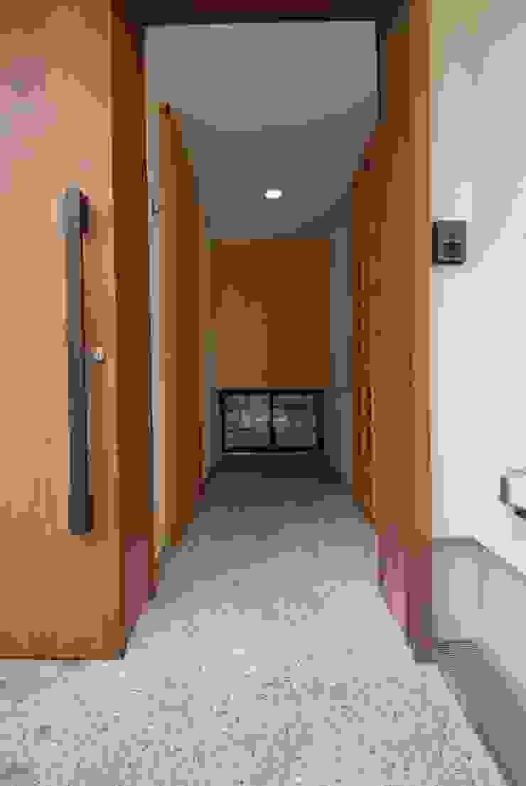 洗い出し土間のあるエントランス空間 オリジナルスタイルの 玄関&廊下&階段 の 株式会社TERRAデザイン オリジナル 石