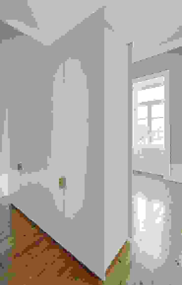 Recuperação de casa em Ovar Closets modernos por Nelson Resende, Arquitecto Moderno
