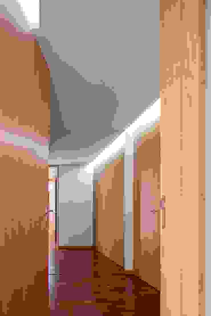Pasillos, vestíbulos y escaleras modernos de Nelson Resende, Arquitecto Moderno