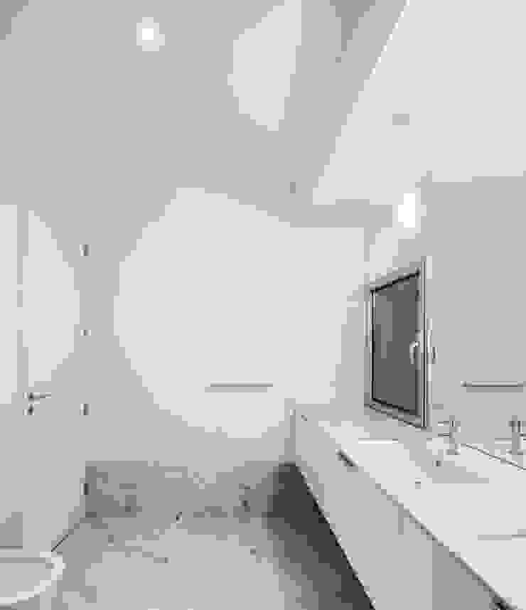 Casa em Souto Casas de banho modernas por Nelson Resende, Arquitecto Moderno