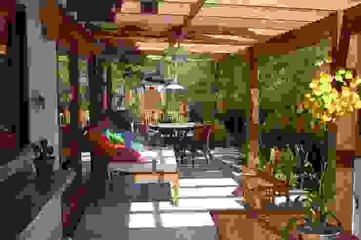 Casa no Condomínio Pedra Verde - Ubatuba Varandas, alpendres e terraços tropicais por Viggiani Arqitetura Tropical