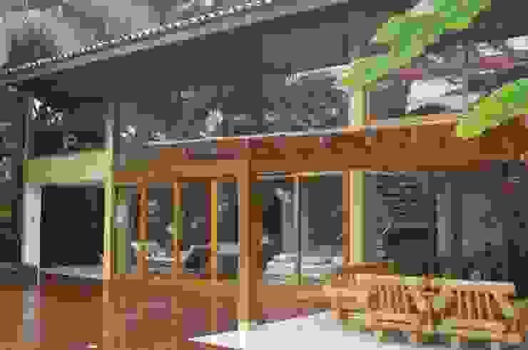 Casa na Praia Vermelha do Sul - Ubatuba Varandas, alpendres e terraços rústicos por Viggiani Arqitetura Rústico