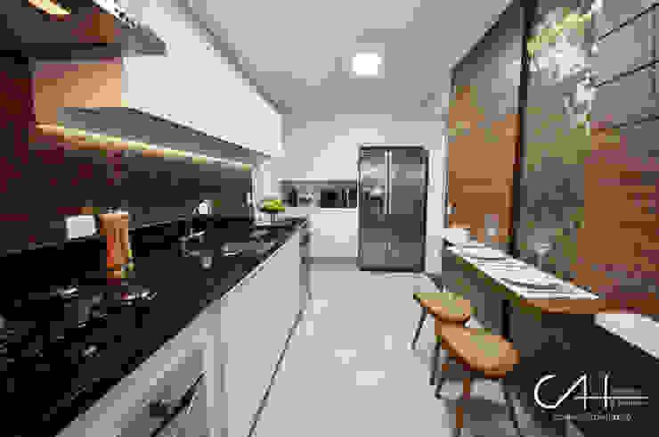 Modern Kitchen by Cláudia Hypolito Arquitetura & Interiores Modern
