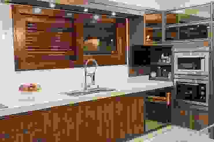 Modern kitchen by Elaine de Bona Arquitetura e Interiores Modern