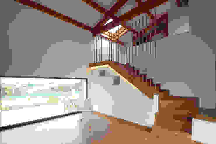 Couloir, entrée, escaliers rustiques par R. Borja Alvarez. Arquitecto Rustique