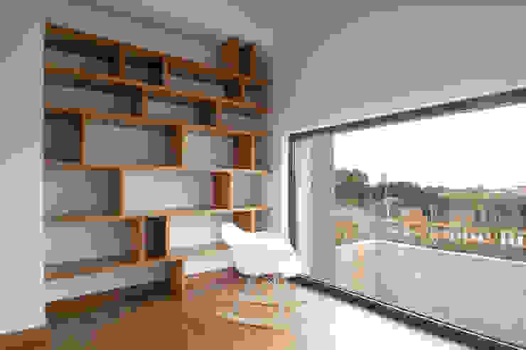 Livings de estilo  por R. Borja Alvarez. Arquitecto