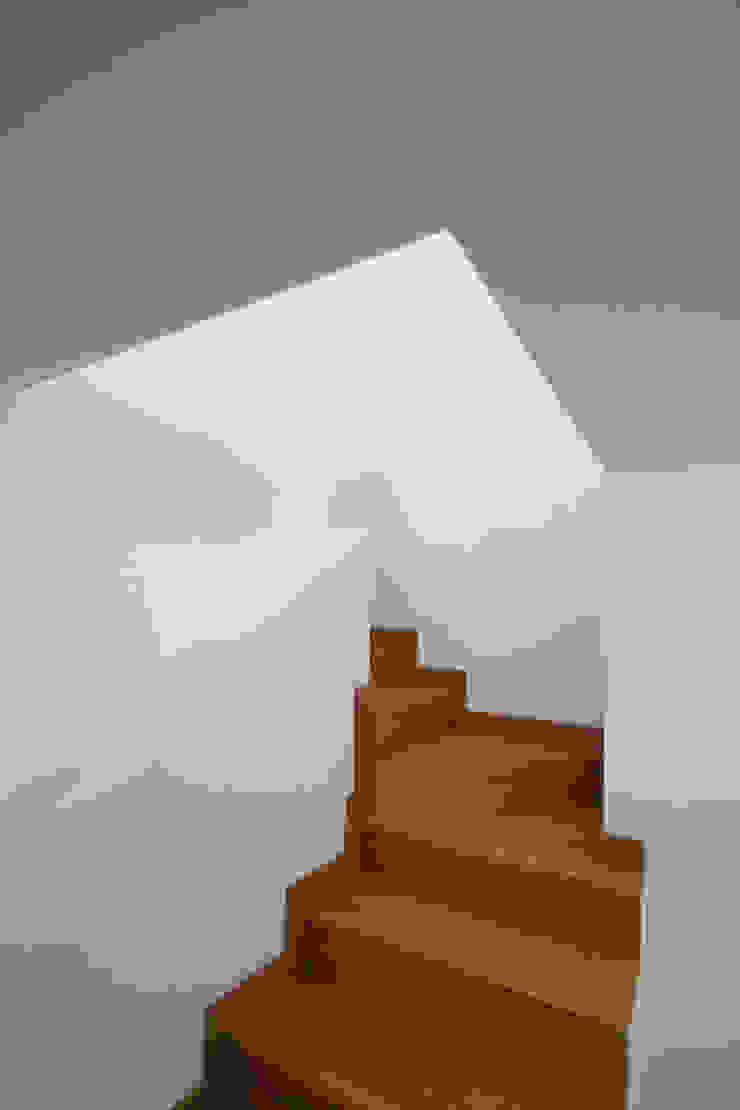 Rustic style corridor, hallway & stairs by R. Borja Alvarez. Arquitecto Rustic