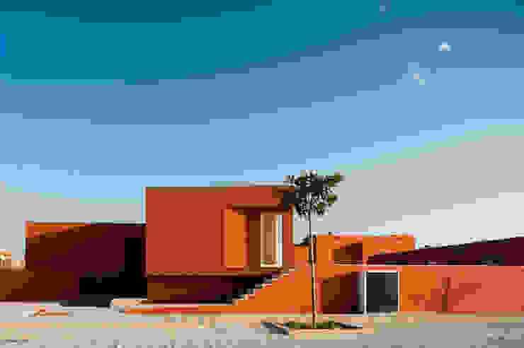 O House - Bom Sucesso, Design Resort, Leisure & Golf, Óbidos: Casas  por Atelier dos Remédios,