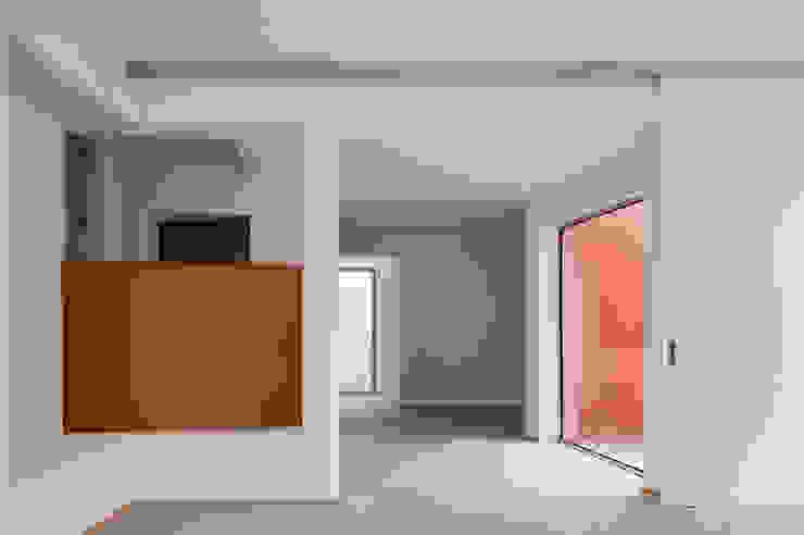 The O HouseBom Sucesso, Design Resort, Leisure & Golf, Óbidos Mediterranean style corridor, hallway and stairs by Atelier dos Remédios Mediterranean