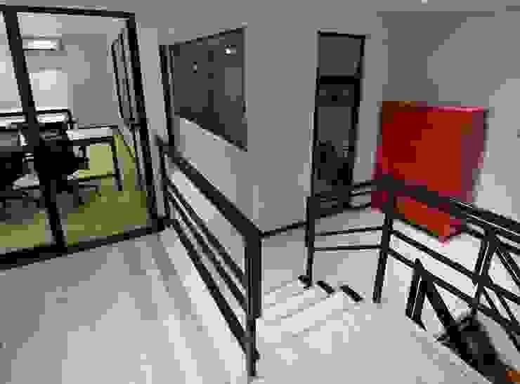 Trua arqruitectura Modern corridor, hallway & stairs