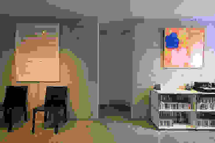 Y Residence モダンスタイルの 玄関&廊下&階段 の ヒココニシアーキテクチュア株式会社 モダン