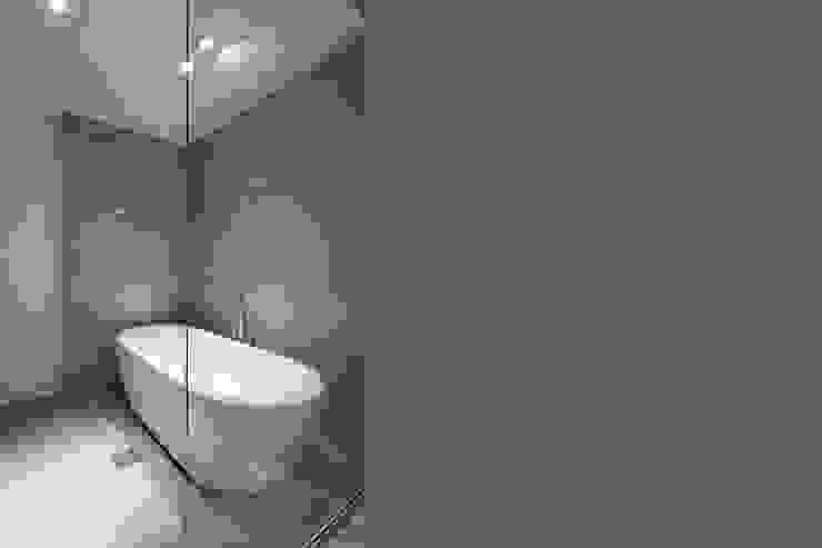 Y Residence モダンスタイルの お風呂 の ヒココニシアーキテクチュア株式会社 モダン