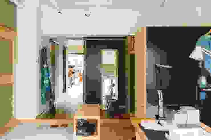 間取りが自由に動かせるマンションリノベーションmaru(マル)シリーズ第1号: すまい研究室 一級建築士事務所が手掛けた廊下 & 玄関です。