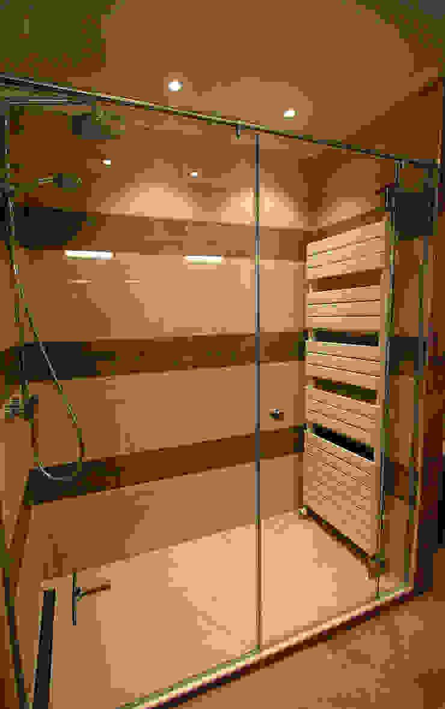 Restyling van een badkamer Moderne badkamers van Sfeerontwerp Modern