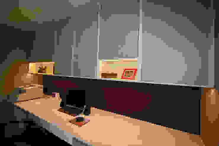 Restyling van een thuiskantoor Moderne studeerkamer van Sfeerontwerp Modern