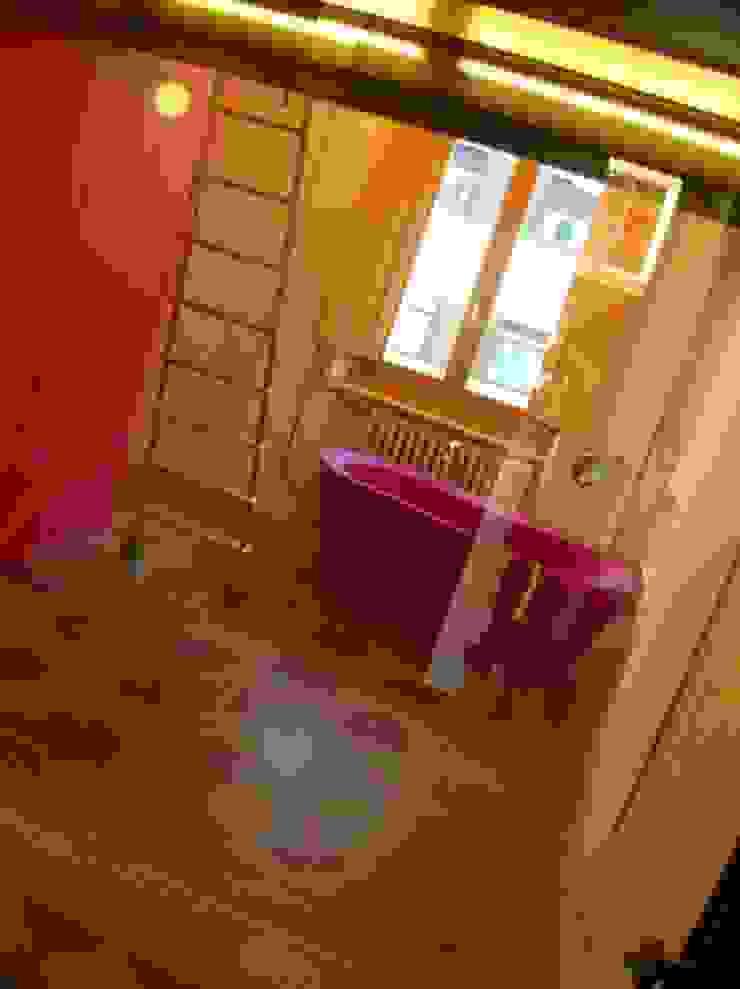 Di Origine Progettuale DOParchitetti Moderner Flur, Diele & Treppenhaus Pink