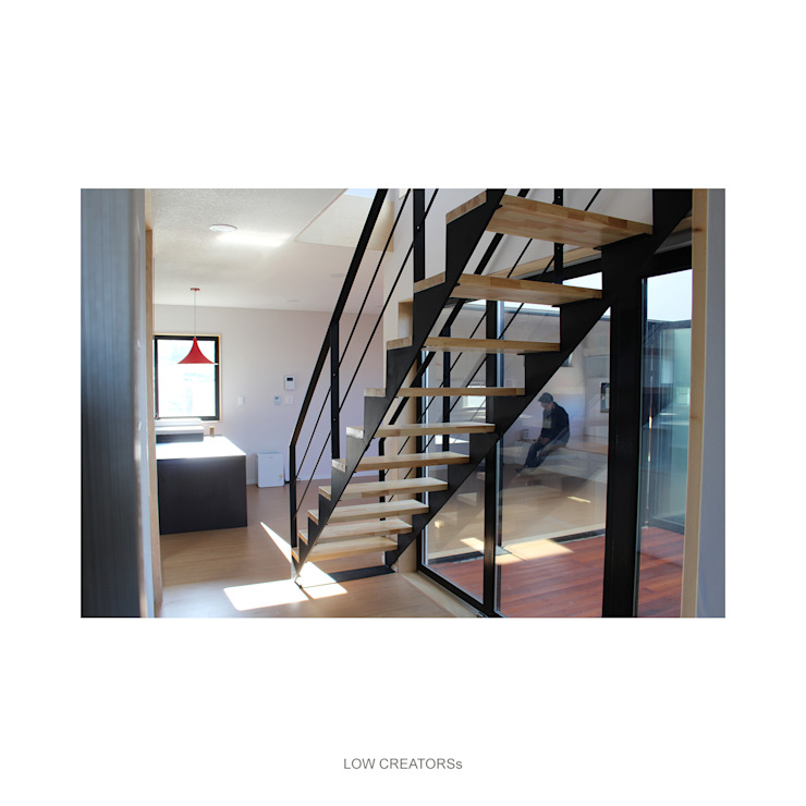 Modern Corridor, Hallway and Staircase by LOW CREATORs Modern