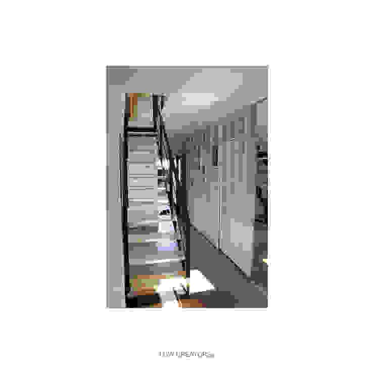Pasillos, vestíbulos y escaleras modernos de LOW CREATORs Moderno