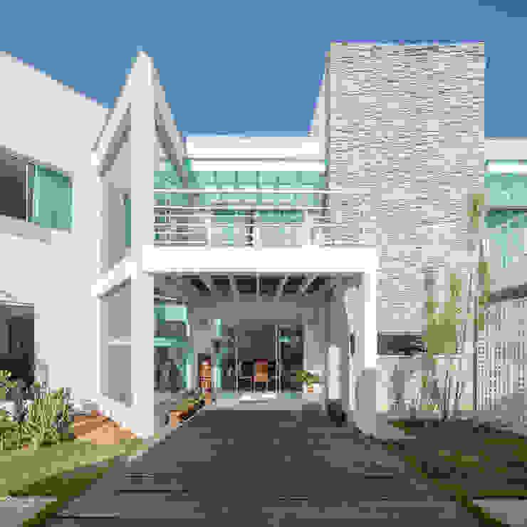 Residência Ville JERAU Projetos Sustentáveis Casas minimalistas Pedra Calcária Branco