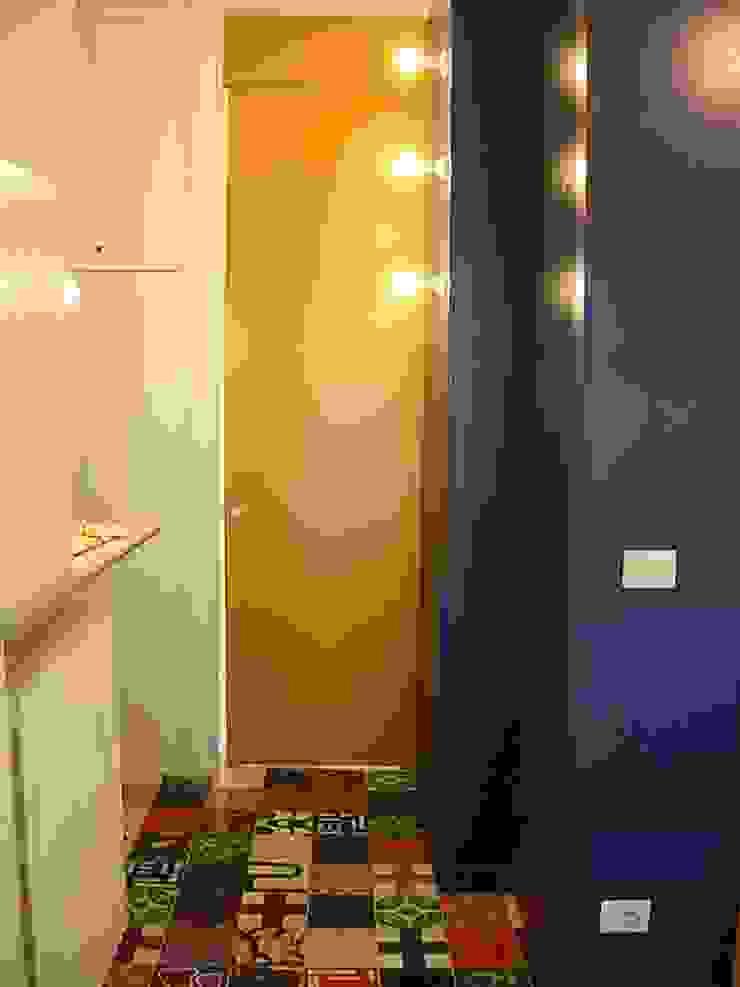 Pasillos, vestíbulos y escaleras modernos de Di Origine Progettuale DOParchitetti Moderno