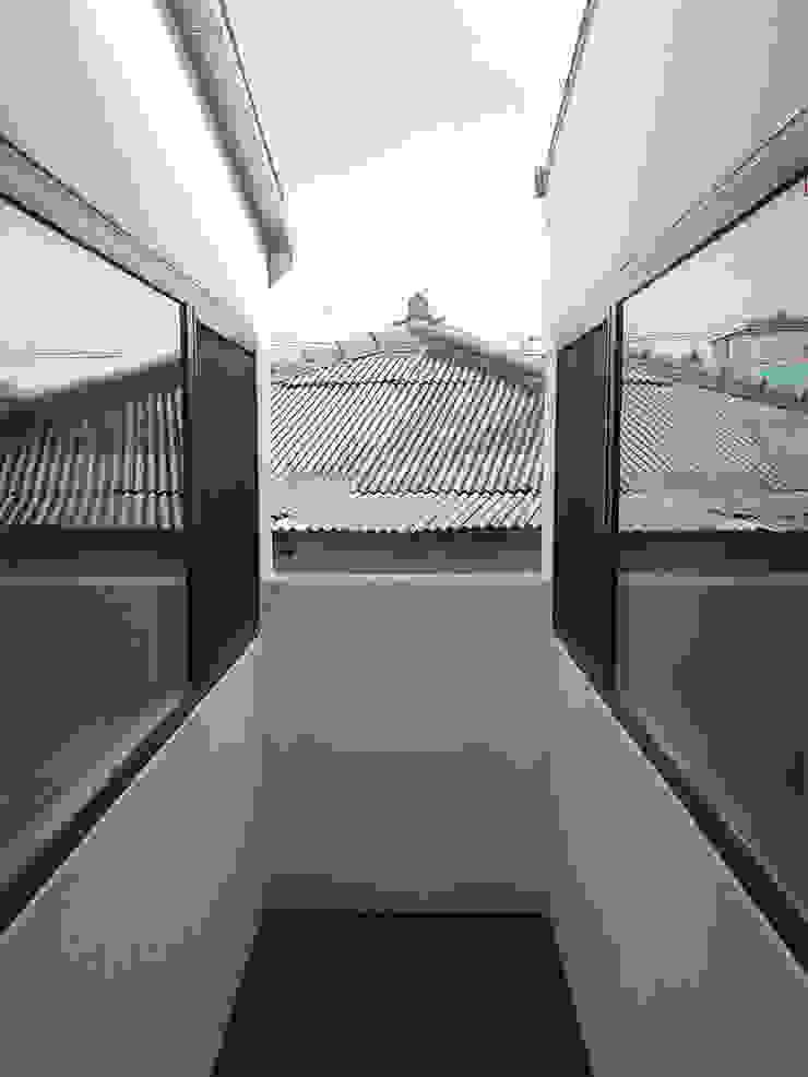 Balcones y terrazas modernos: Ideas, imágenes y decoración de LOW CREATORs Moderno